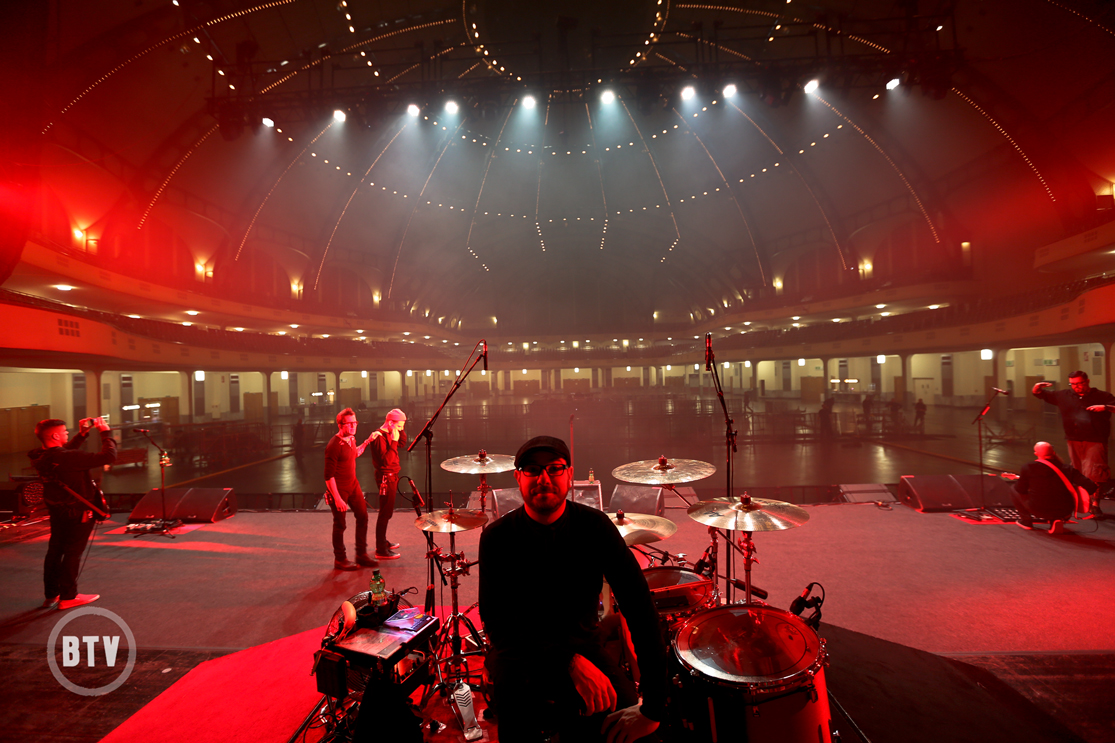 Jordan Hasting posing on stage Festhalle Frankfurt interior