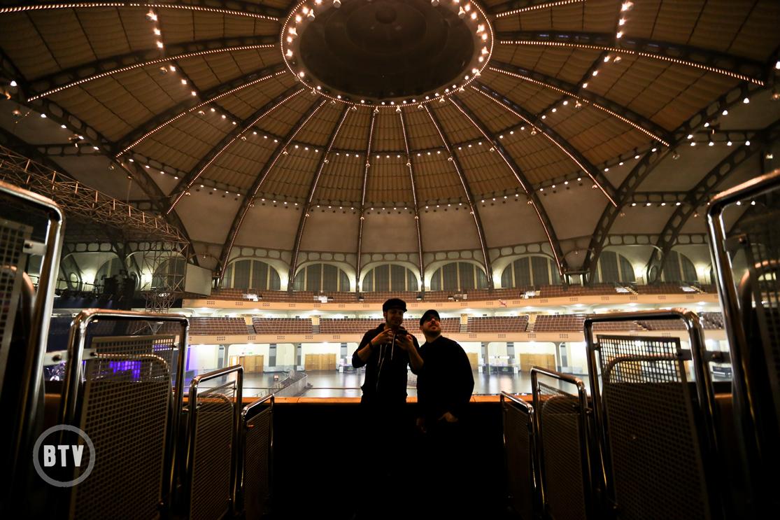 Ian & Jordan exploring venue Festhalle Frankfurt interior