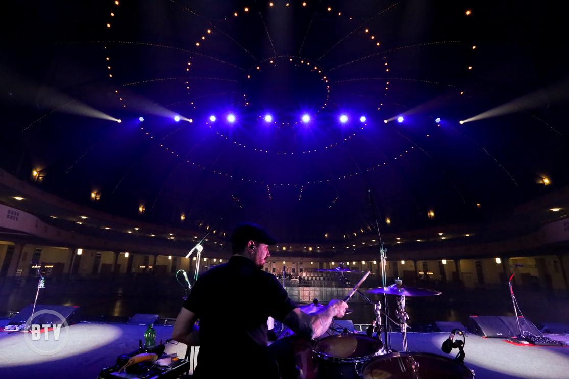 Jordan Hasting playing soundcheck Festhalle Frankfurt interior